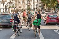 Eine Gruppe von Fahrradfahrern wartet auf einem Radfahrstreifen in der Osterstraße in Hamburg an einer Ampel