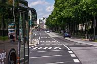 Metrobus auf Bus-Sonderspur am Dammtor in Hamburg