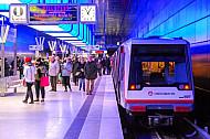 Viele Menschen am U-Bahnhof HafenCity Universität in Hamburg