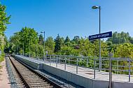 Der 2013 neu eröffnete Haltepunkt Schulen am Langsee in Kiel an der Bahnstrecke nach Schönberg in Schleswig-Holstein