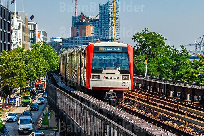 U-Bahn auf Viaduktstrecke an den Landungsbrücken in Hamburg
