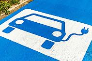 Sonderparkplätze in Hamburg für Elektroautos mit einer Ladesäule für E-Mobile