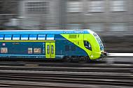 Ein Doppelstock-Elektrozug der Deutschen mit Bewegungsunschärfe in Hamburg