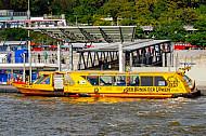 Hafenfähre Nala an den Landungsbrücken in Hamburg