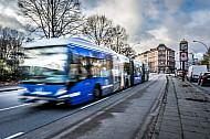 Ein Metrobus auf der Linie 5 in Hamburg an der Universität