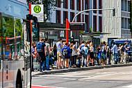 Menschen in Hamburg warten auf einen Bus