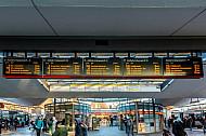 Eine große Anzeigetafel am U-Bahnhof Wandsbek Markt in Hamburg zeigt die Abfahrtszeiten der Busse an
