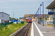 Regionalzug im neuen Bahnhof Burg auf Fehmarn in Schleswig-Holstein