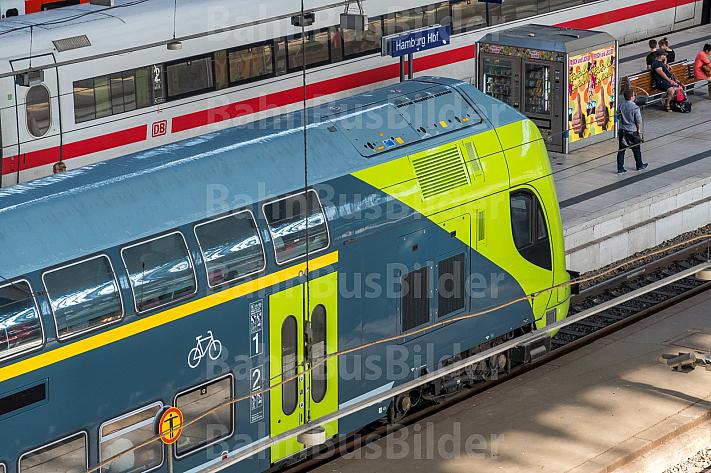Blick auf einen Doppelstock-Regionalzug der Deutschen Bahn im Hamburger Hauptbahnhof
