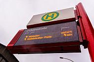 Elektronische Anzeigetafel an Bushaltestelle Osterstraße in Hamburg