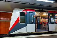 U-Bahn im Tunnelbahnhof Jungfernstieg in Hamburg