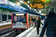 Menschen steigen an der Haltestelle Wandsbek-Gartenstadt in Hamburg in einen U-Bahn-Zug der Linie U3