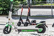 Mehrere E-Scooter verschiedener Leih-Anbieter stehen auf am Dammtor in Hamburg