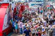 Menschenmenge drängt an den Hamburger Landungsbrücken auf eine Hafenfähre