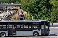 Ein Linienbus der VHH am U-Bahnhof BIllstedt in Hamburg mit einem U-Bahn-Zug der Baureihe DT5 im Hintergrund
