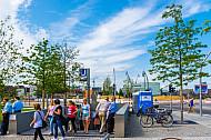 Menschen kommen aus U-Bahnhaltestelle HafenCIty Universität