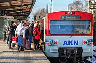 Menschen steigen in AKN-Triebwagen im S-Bahnhof Eidelstedt
