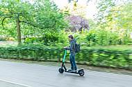 E-Scooter-Fahrerin in einem Park in Hamburg