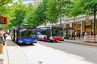 Zwei Hochbahn-Busse überholen sich in der Mönckebergstraße