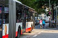 Radfahrer bremsen Busverkehr in Hamburg