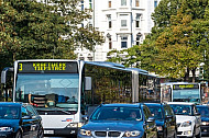 Pulkbildung: zwei Metrobusse der Linie M3 in Hamburg im Stau