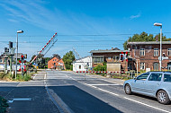 Bahnschranken senken sich im Bahnhof Dauenhof in Schleswig-Holstein