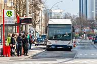 Menschen warten am Grindelhof in Hamburg auf einen XXL-Bus