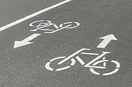 Fahrrad-Symbole markieren einen Radweg in Hamburg
