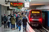 Eine Menschenmenge wartet am Berliner Tor auf einen U-Bahnzug der Linie U3