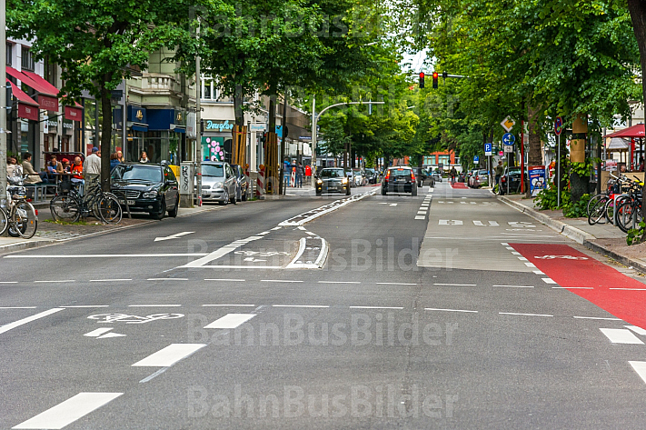 Busbeschleunigung im Mühlenkamp in Hamburg. Neue Abbiegespur für Radfahrer und ein Radweg, der in einer Bushaltestelle endet.