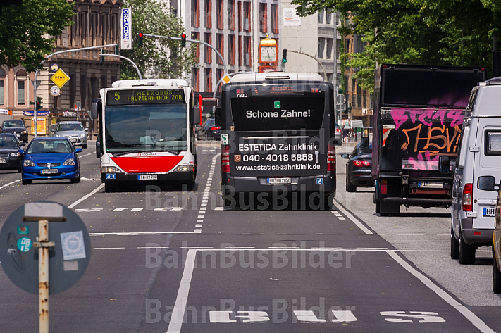 Metrobusse auf Busspur am Dammtor in Hamburg