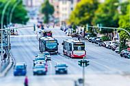 Busse fahren in der Hamburger Hoheluftchaussee auf eigenen Busspuren vom Autoverkehr getrennt