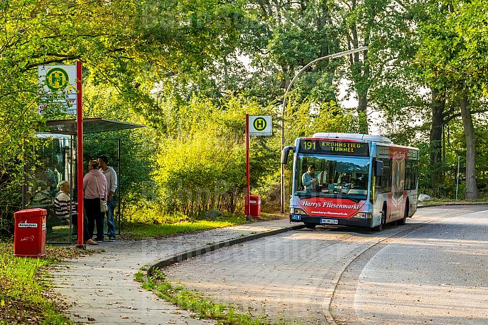 Hochbahn-Bus in ländlicher Endhaltestelle in Hamburg