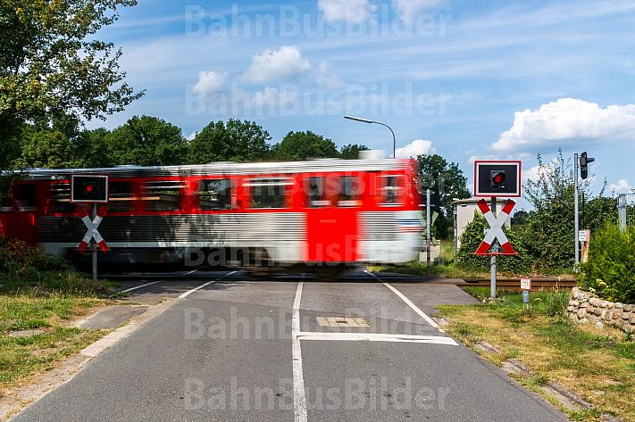 AKN-Triebwagen am unbeschrankten Bahnübergang Bornkamp in Barmstedt in Schleswig-Holstein