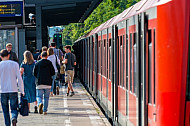 Menschen steigen aus einer S-Bahn in Hamburg