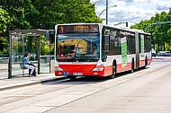 Metrobus an der modernisierten Haltestelle Universität in Hamburg