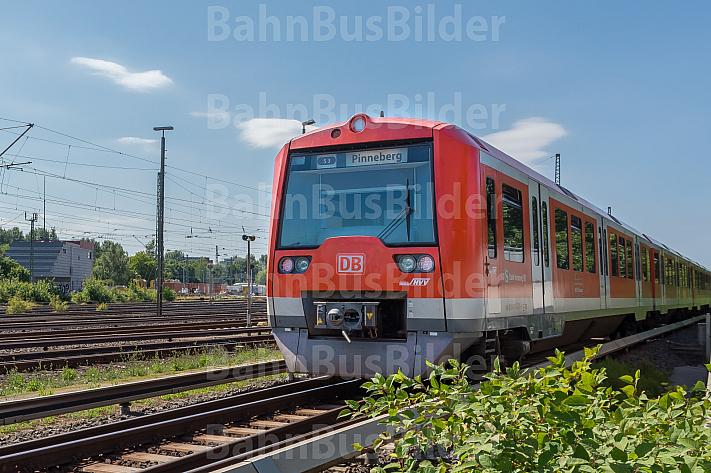 Ein S-Bahn-Zug der Baureihe 474 am Bahnhof Elbgaustraße in Hamburg