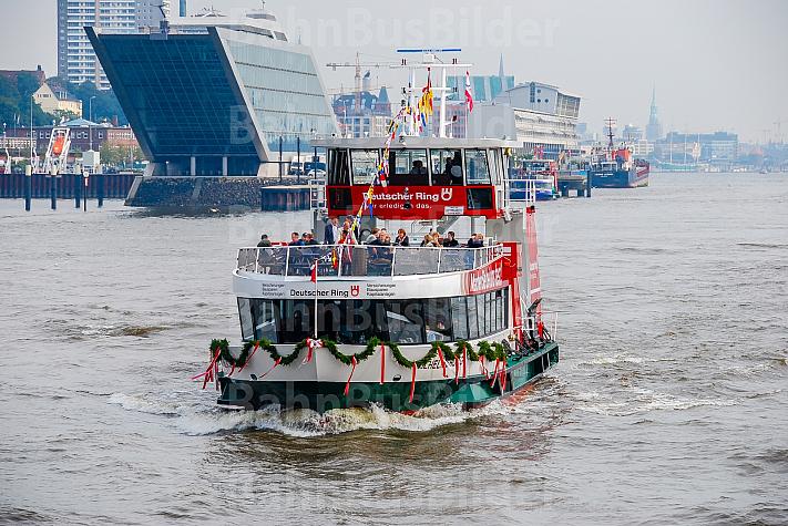 Hafenfähre Wilhelmsburg auf Tauffahrt am Dockland in Hamburg