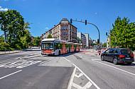 Vorfahrt für einen Metrobus in Hamburg