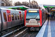 Ein U-Bahn-Zug vom Typ DT3 an der Haltestelle Wandsbek-Gartenstadt in Hamburg