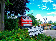Diesellok auf dem Bahnhofsvorplatz in Tornesch in Schleswig-Holstein