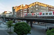 Ein Hamburger U-Bahn-Zug vom Typ DT5 am Rödingsmarkt auf einem Viadukt