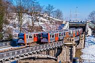 Zwei U-Bahnen bei Schnee an den Landungsbrücken in Hamburg