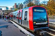 Menschen steigen am U-Bahnhof Landungsbrücken in Hamburg in einen Zug