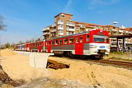 AKN-Triebwagen im Haltepunkt Burgwedel in Hamburg während des zweigelisigen Ausbaus