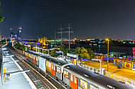 U-Bahn bei Nacht an den Landungsbrücken im Hamburger Hafen