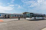 Direktes und bequemes Umsteigen zwischen Bus und Bahn im neuen Bahnhof Burg auf Fehmarn in Schleswig-Holstein