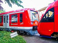 Hamburger S-Bahn und AKN-Triebwagen in Tornesch