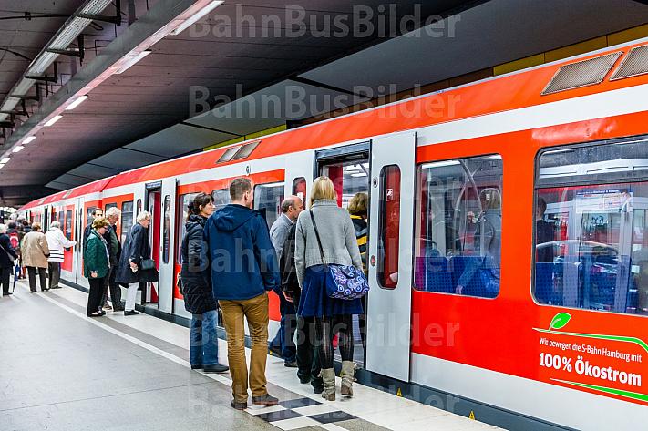 Menschen steigen in Hamburg in eine S-Bahn