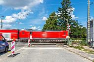 Regionalzug quert Bahnübergang Hammer Straße in Hamburg